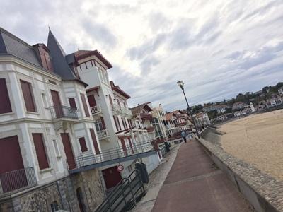 白と赤のコントラストが可愛らしい 海岸沿いのバスク建築